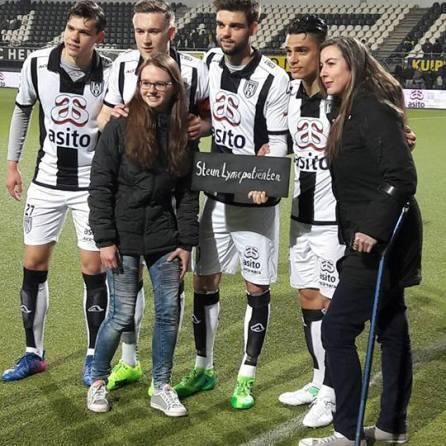 De spelers van Heracles Almelo steunen lymepatiënten. Van links naar rechts: Justin Hoogma, Mike te Wierik, Robin Pröpper en Joey Pelupessy